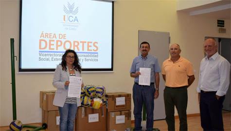 La Universidad de Cadiz realiza una entrega de material deportivo a la Asociacion Salam Paz, a traves del Area de Deportes