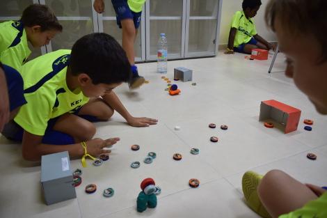 El taller de tapones rescata un juego de antaño en el V Campus de Fútbol