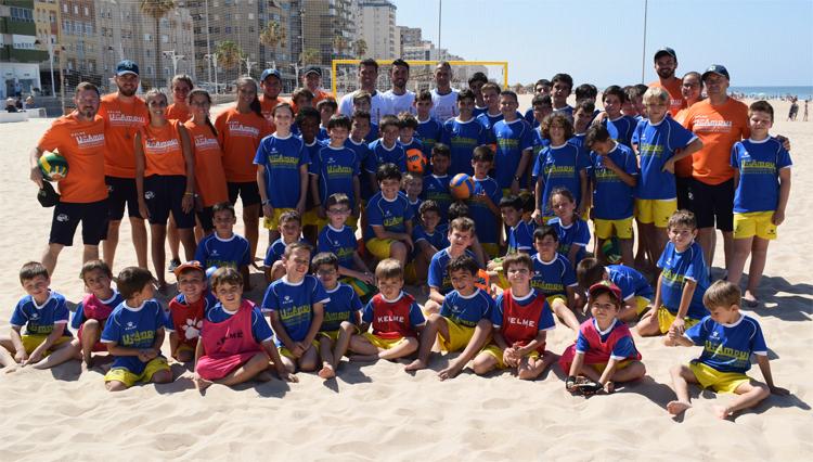 Los participantes del 6º UCAmpus de Fútbol disfrutaron de una sesión de Fútbol Playa con jugadores del Cádiz CF Sotelo
