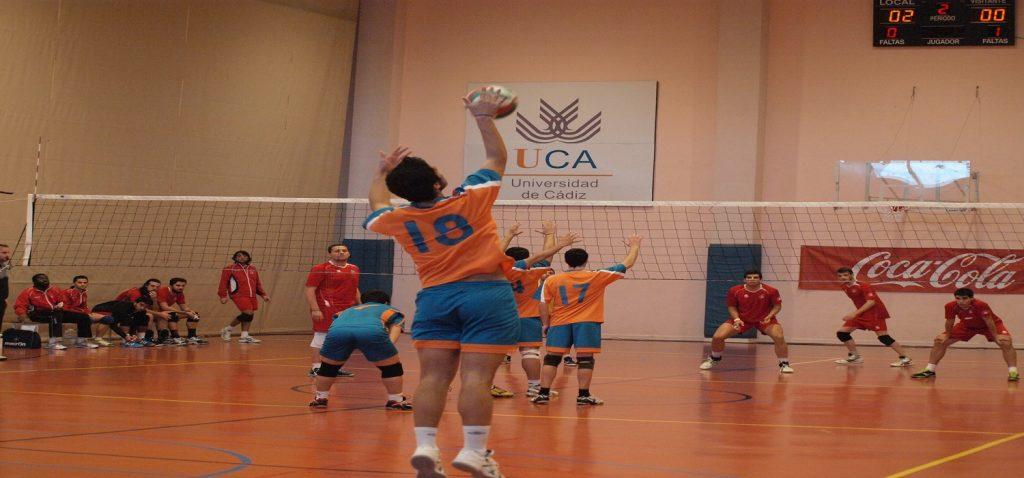 La selección cadete andaluza y el equipo UCA de voleibol masculino se enfrentan en un encuentro amistoso