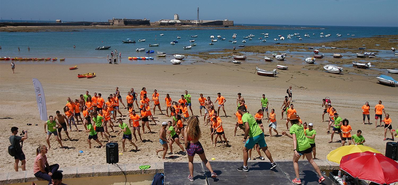 El Área de Deportes colabora en la Jornada 'Naufit' en la playa de La Caleta
