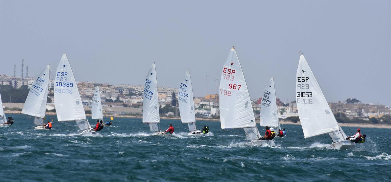 La Universidad de Cádiz colabora en la celebración de la Copa de Andalucía de Snipe en aguas de la Bahía